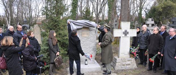 """Odhalení pamětního kamene """"Padlým vojákům – internacionalistům a mírotvorcům"""" v Praze"""