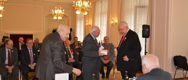 Předání členům Klubu MGIMO pamětních medailí Moskevského fondu míru v RSVK v Praze