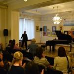 Филипп Субботин чествует пианиста за яркое выступление.