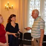 Анатолий Шитов берет интервью у приехавших на пленэр художников из Санкт-Петербурга