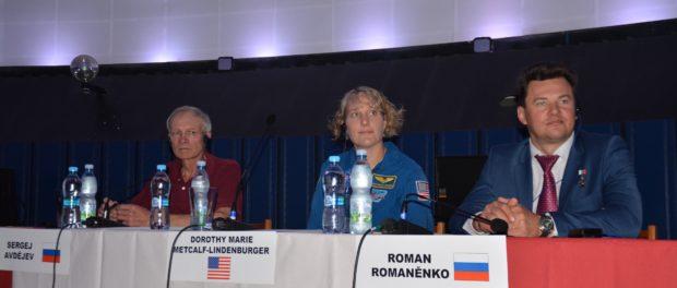 Космонавты России и США выступили в Планетарии города Праги
