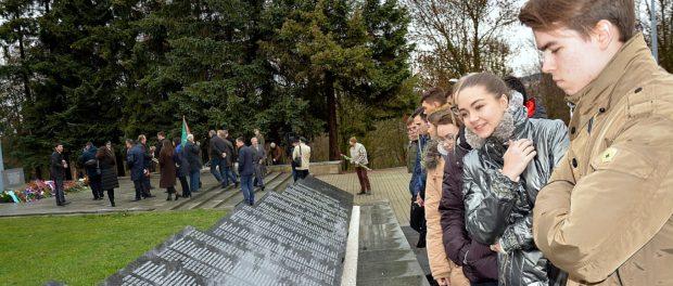 Торжественное открытие мемориальных плит с именами погибших советских военнопленных на кладбище города Соколов