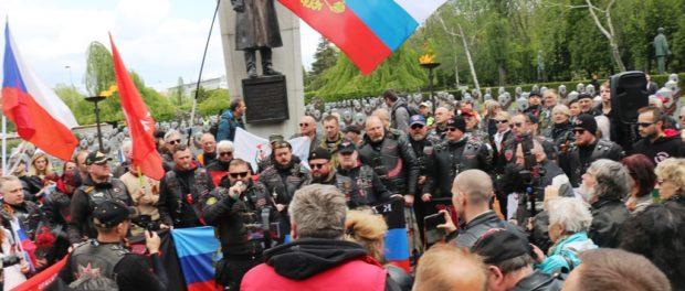 """Jízda motocyklů """"Cestami vítězství"""" v Praze"""