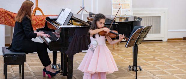 Koncert na ukončení školního roku S. Samojlovové  ve třídě hry na housle