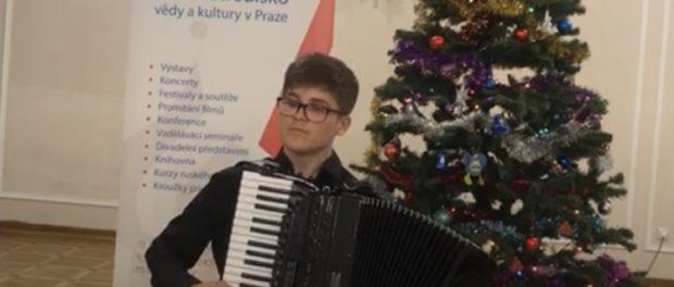 Онлайн-концерт исполнителя-аккордеониста  Михаила Олехова прошел в РЦНК в Праге